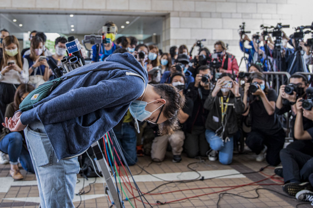 2021年4月16日,818流水式集會案判刑,民陣召集人陳皓桓於庭外向被判囚的多名民主派領袖,鞠躬致謝。