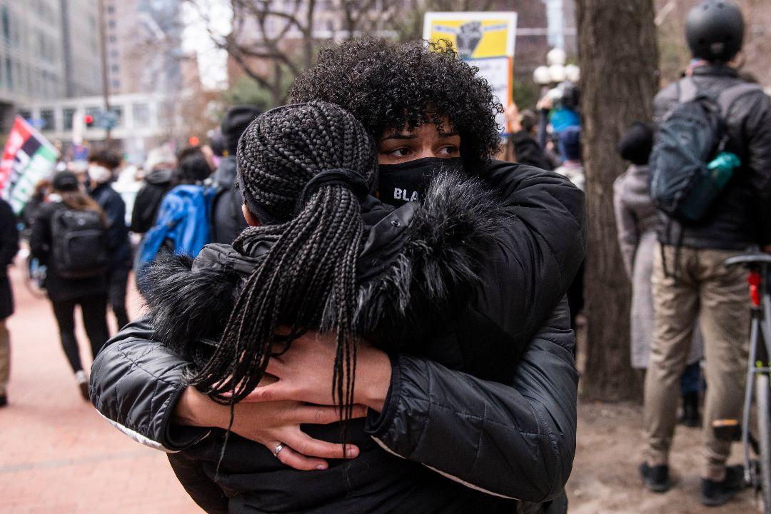 2021年4月20日,美國明尼蘇達州明尼阿波利斯市,喬治·弗洛伊德(George Floyd)支持者激動擁抱。 攝:Stephen Maturen/Getty Images
