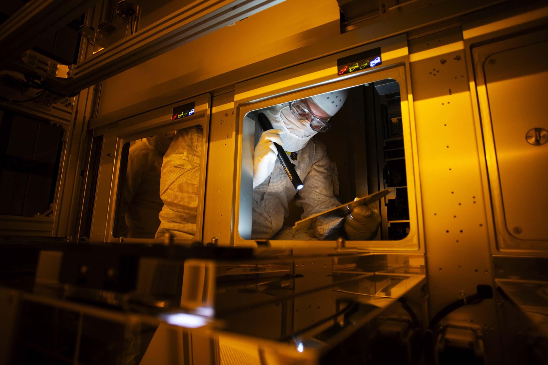2021年2月11日,一名員工在德國的半導體工廠維護儀器。 攝:Liesa Johannssen-Koppitz/Bloomberg via Getty Images
