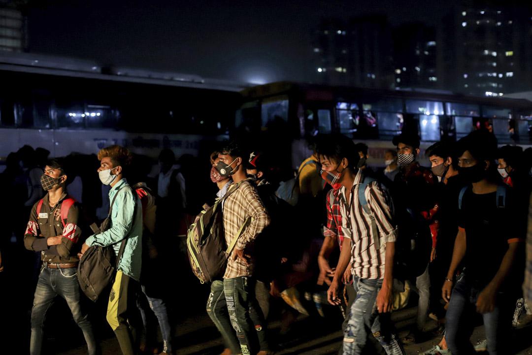2021年4月19日,印度新德里Kaushambi公交車站,農民工試圖下在封城前趕返家中。