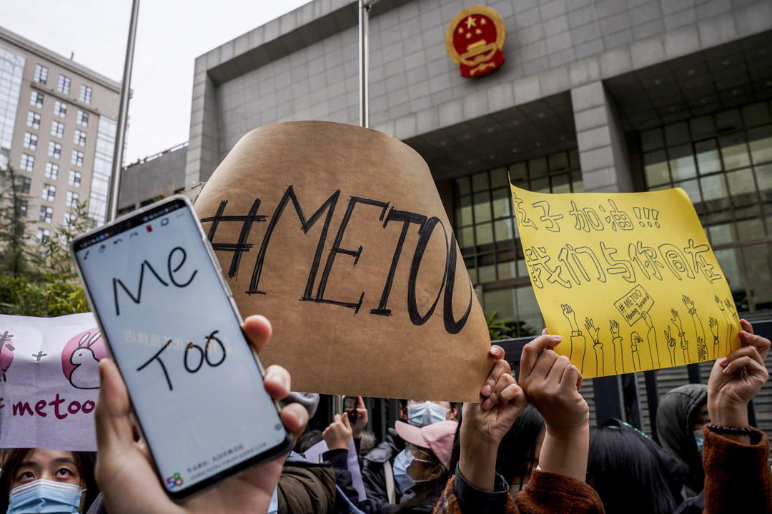 2020年12月2日,北京,弦子诉朱军性骚扰案首次开庭,门外有不少支持者手持metoo标语声援。