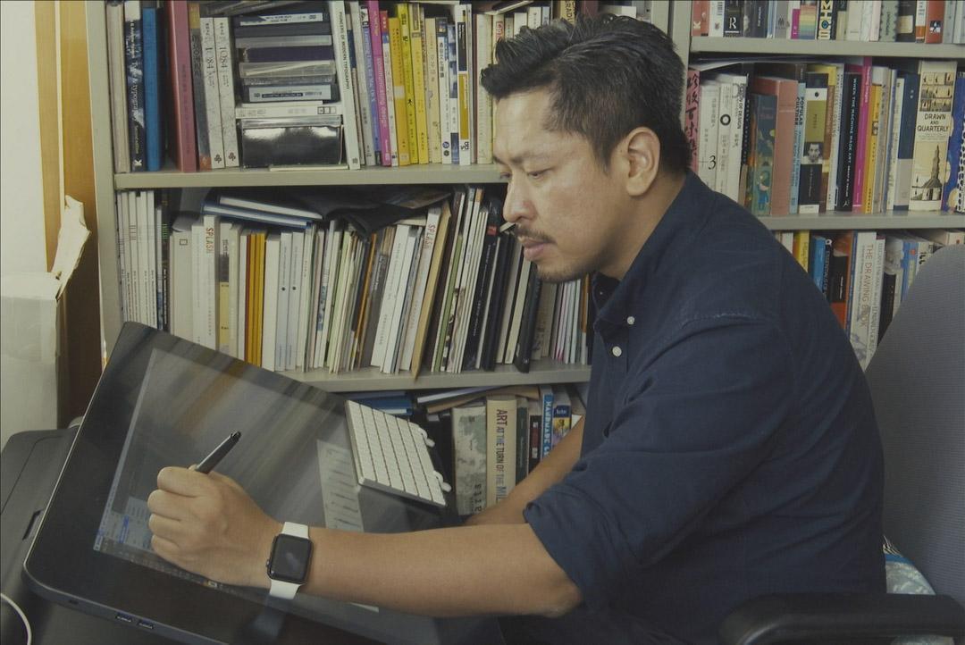 紀錄片《誠惶(不)誠恐,親愛的》中的政治漫畫家黃照達。