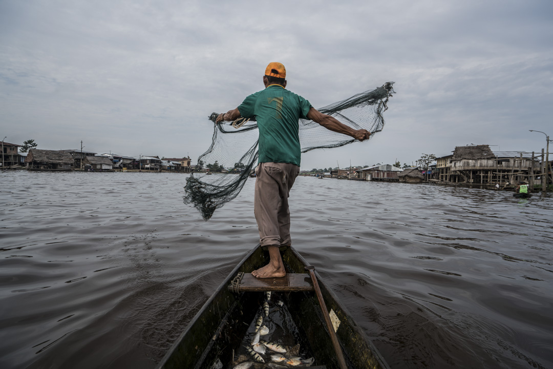 秘魯伊基託斯,一艘捕漁船在亞馬遜河航行。