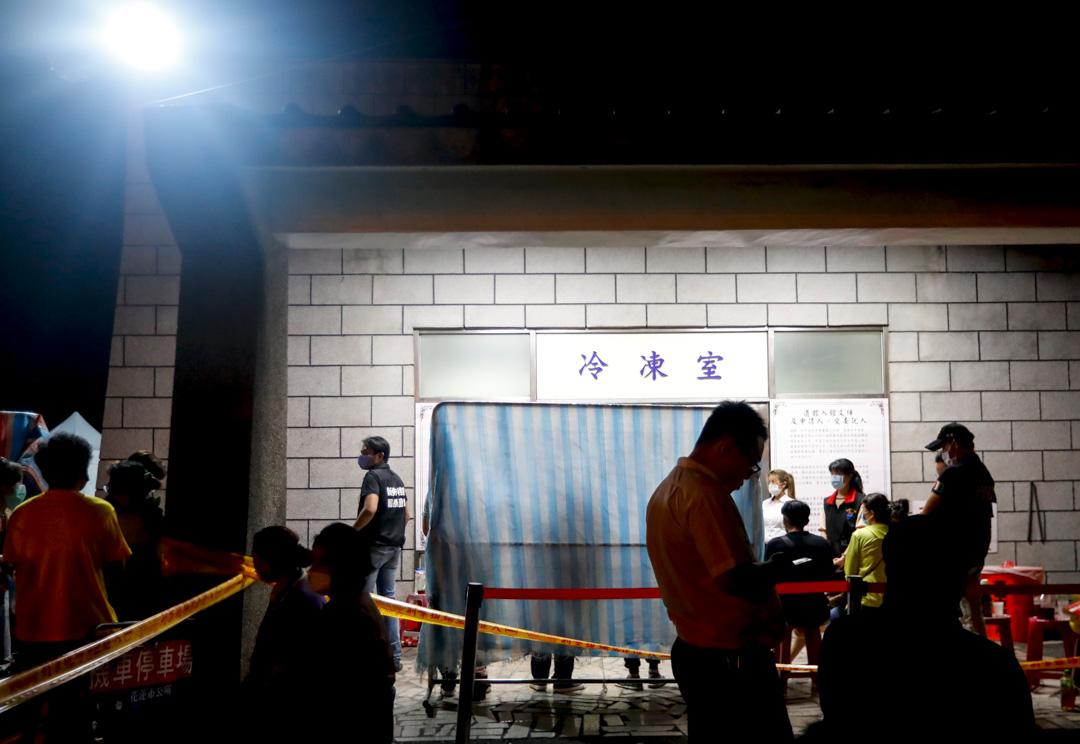 2021年4月2日,台灣台鐵太魯閣號脫軌意外後,家人在停屍間外等著辨認遺體。
