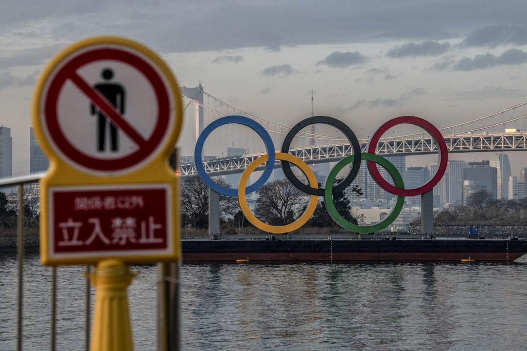 2021年1月22日,奧運圓環在東京的海岸線上。 攝:Carl Court/Getty Images