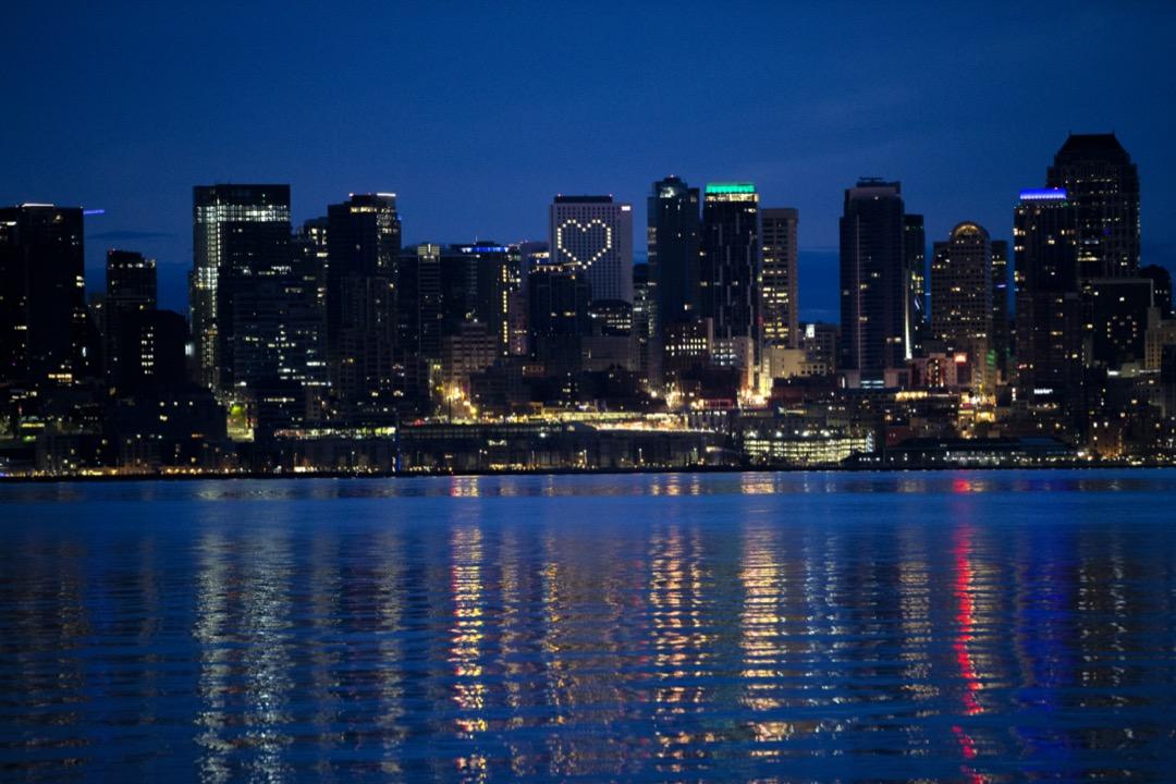 美國華盛頓州西雅圖市,一家酒店亮起心型燈飾。 攝:Karen Ducey/Getty Images