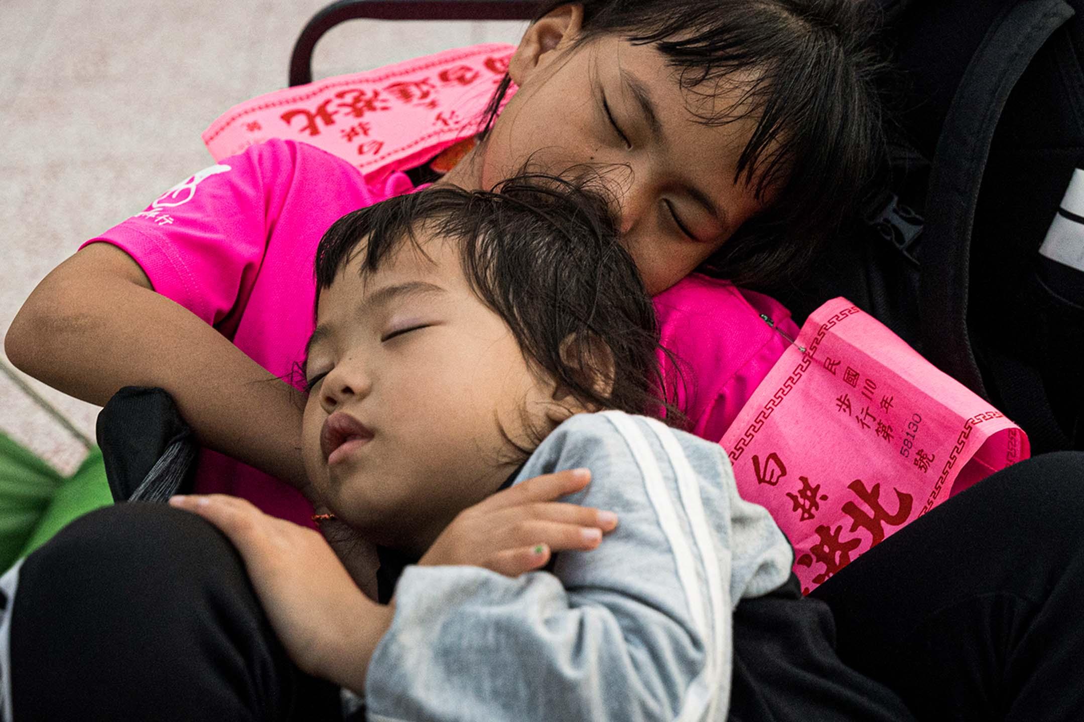 在信仰文化中,信眾相信白沙屯拱天宮媽祖對孩子特別慈愛。進香現場,常有民眾帶著孩子一同前往。
