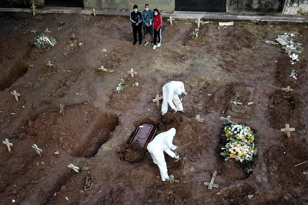 2020年5月8日,巴西里約熱內盧,一位死於新冠病毒的71歲的死者正在被安葬,親友作最後道別。