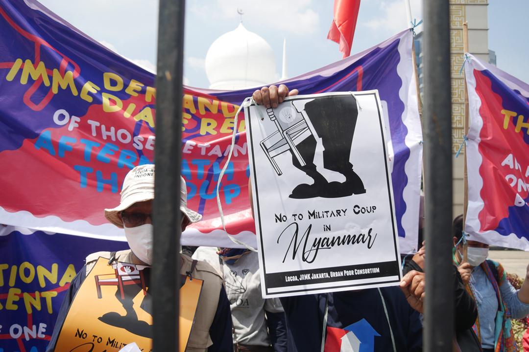 2021年4月24日在印尼雅加達,有示威者趁東盟就緬甸局勢召開特別峰會而在峰會場地外示威,要求東盟向緬甸軍方施壓,促使緬甸軍方向當地民選政府交還權力。 攝:Anton Raharjo / Anadolu Agency via Getty Images