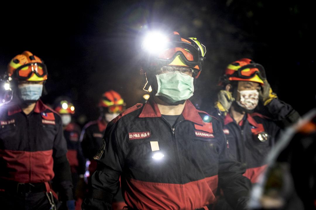 2021年4月2日晚上,台灣台鐵太魯閣號脫軌意外現場,救援隊努力工作試圖營救仍被困在火車上的受害者。