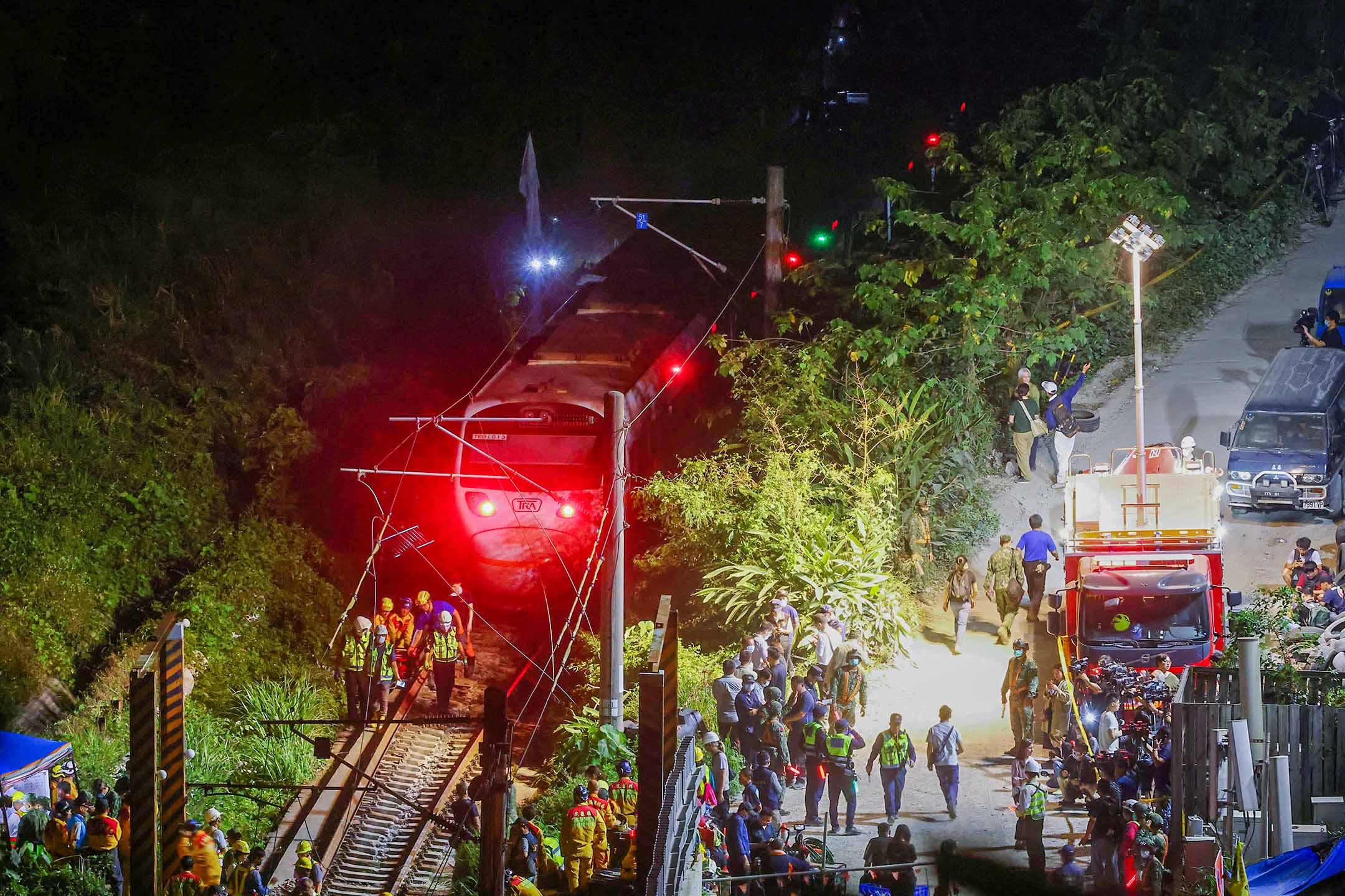 2021年4月2日台灣花蓮,救援人員在火車脫軌事故的現場。 攝:Ann Wang/Reuters/達志影像