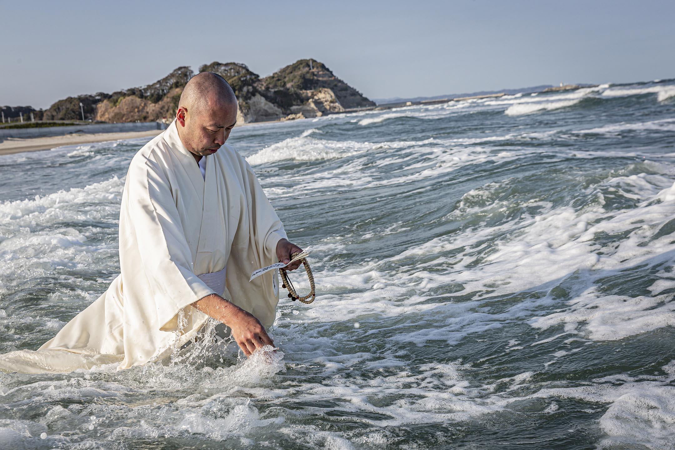 2021年3月11日日本磐石,和尚為311大地震和海嘯的受害者祈禱。