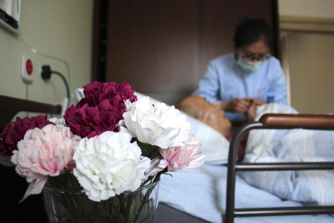 2021年4月14日,山東一家康復醫院,護士為一位殘疾老人做按摩。