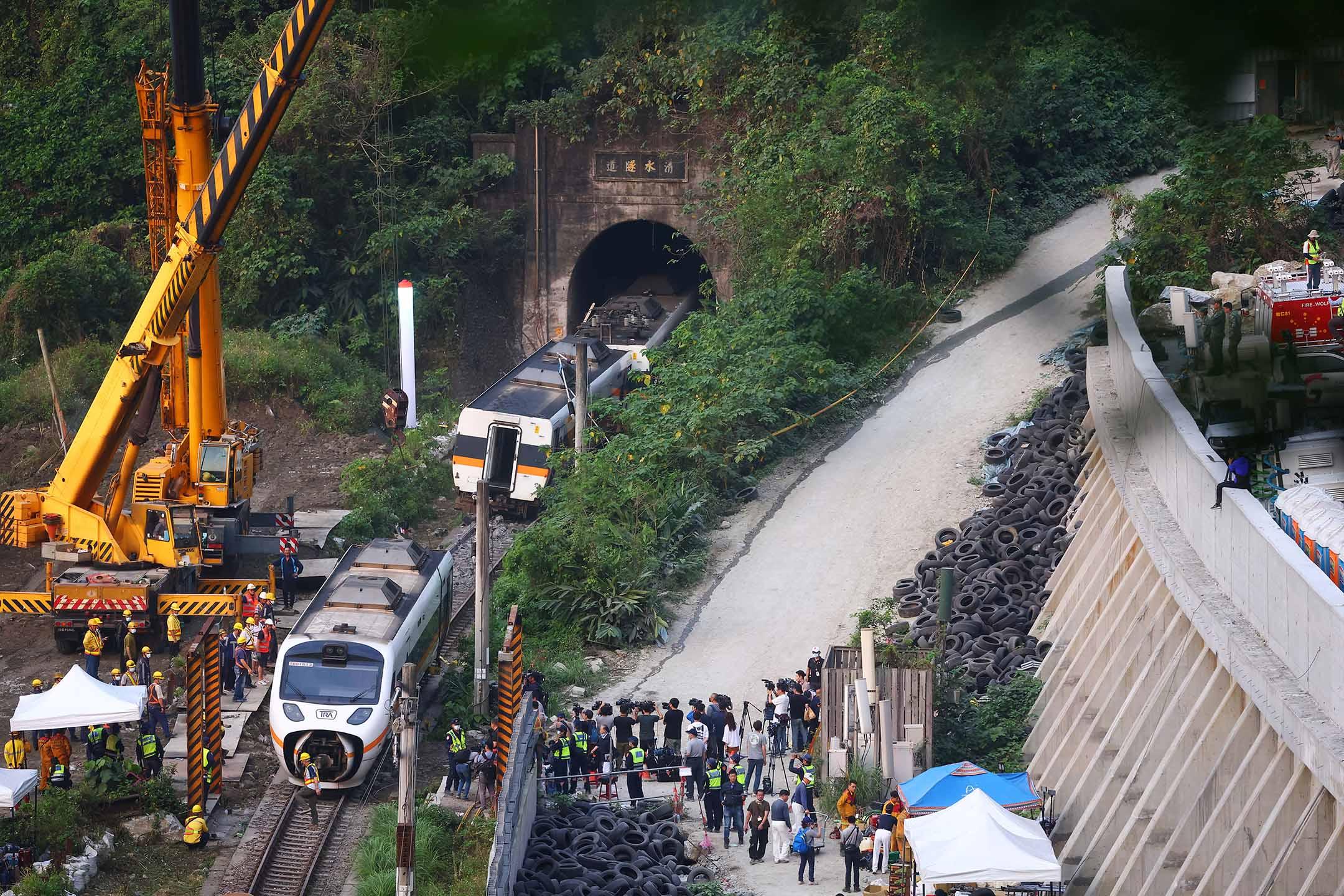 2021年4月3日花蓮,清水隧道發生致命的火車脫軌事故,救援人員在現場工作。