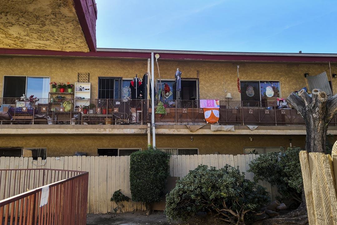 洛杉磯東部聖蓋博谷的華人聚居區某處,一個兩室一廳的屋子中住著十餘個華人。