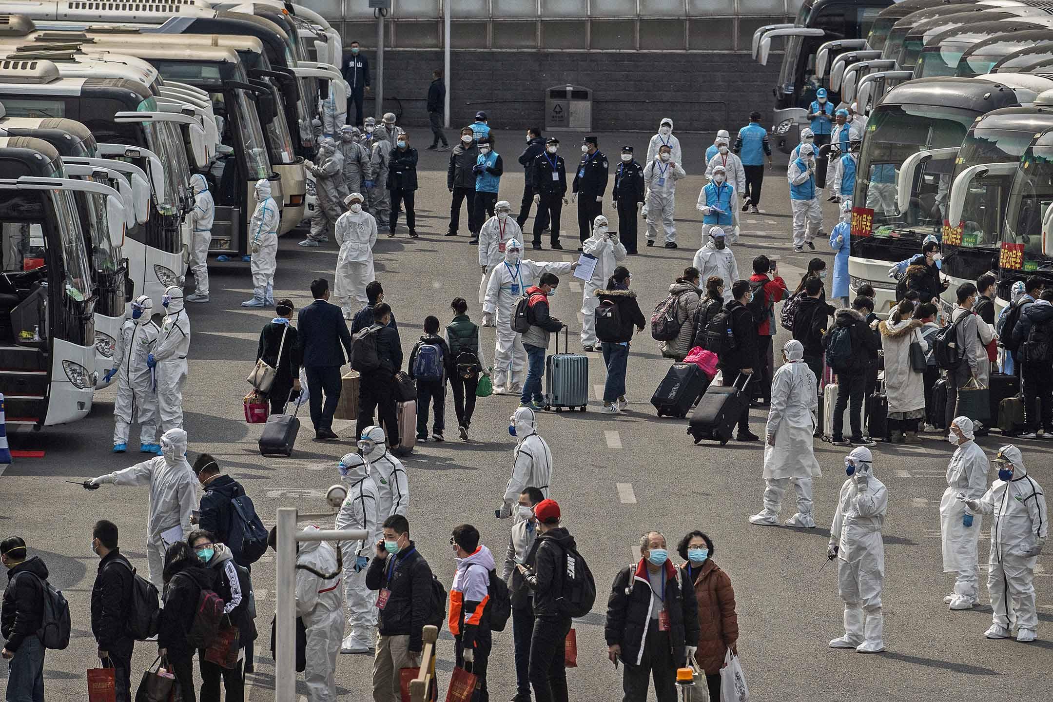 2020年4月8日中國北京,由武漢抵達北京的火車,乘客需送往隔離。 攝:Kevin Frayer/Getty Images