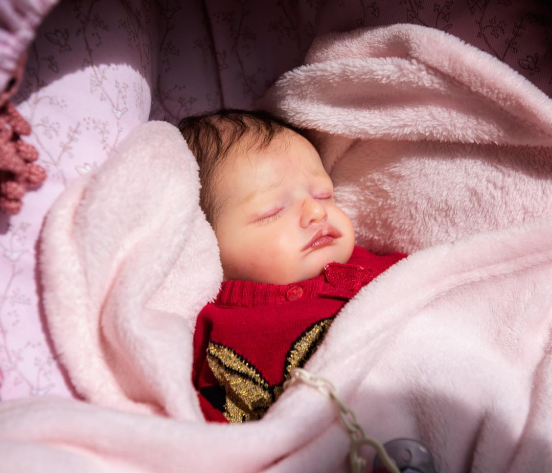 2020年7月3日,波蘭,一隻嬰兒娃娃被包裹在被窩裏。
