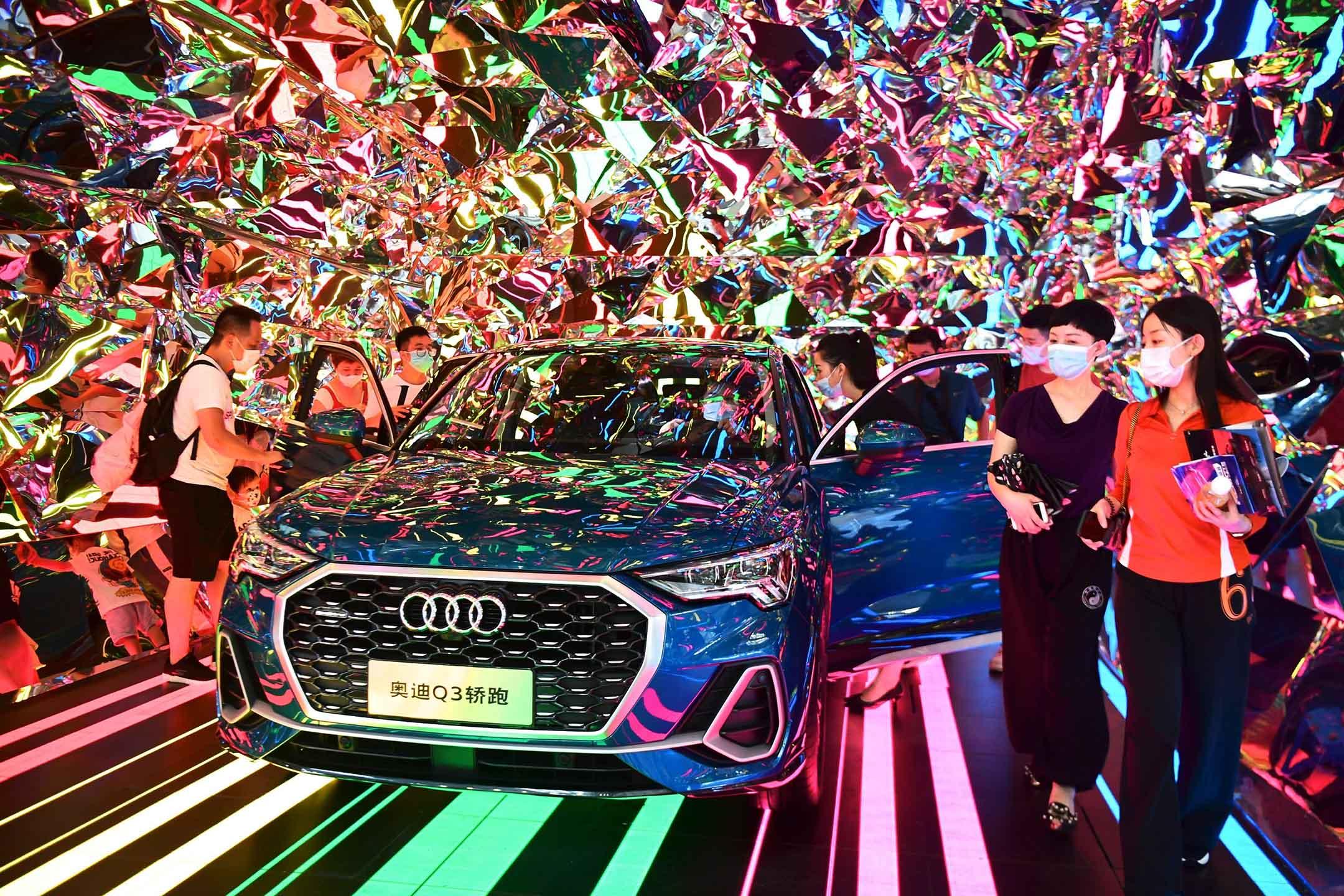 2020年6月20日,深圳會展中心,人們戴著口罩看大灣區國際車展 。
