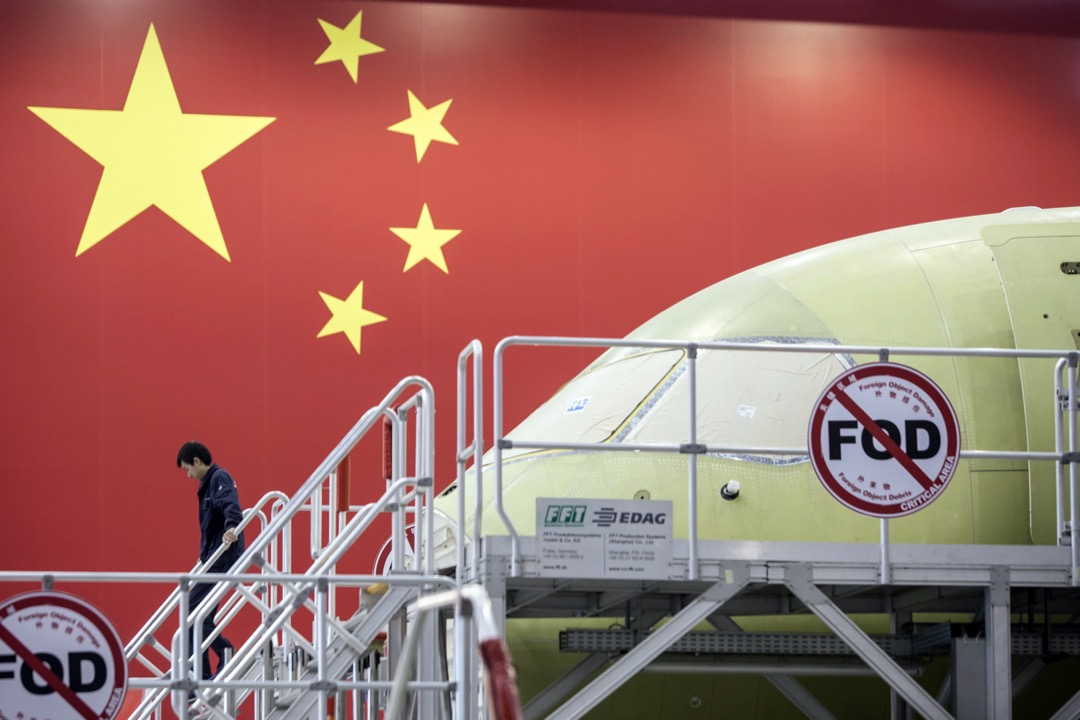 2017年,中國商飛廠房內,一輛正在組裝的C919型號客機。