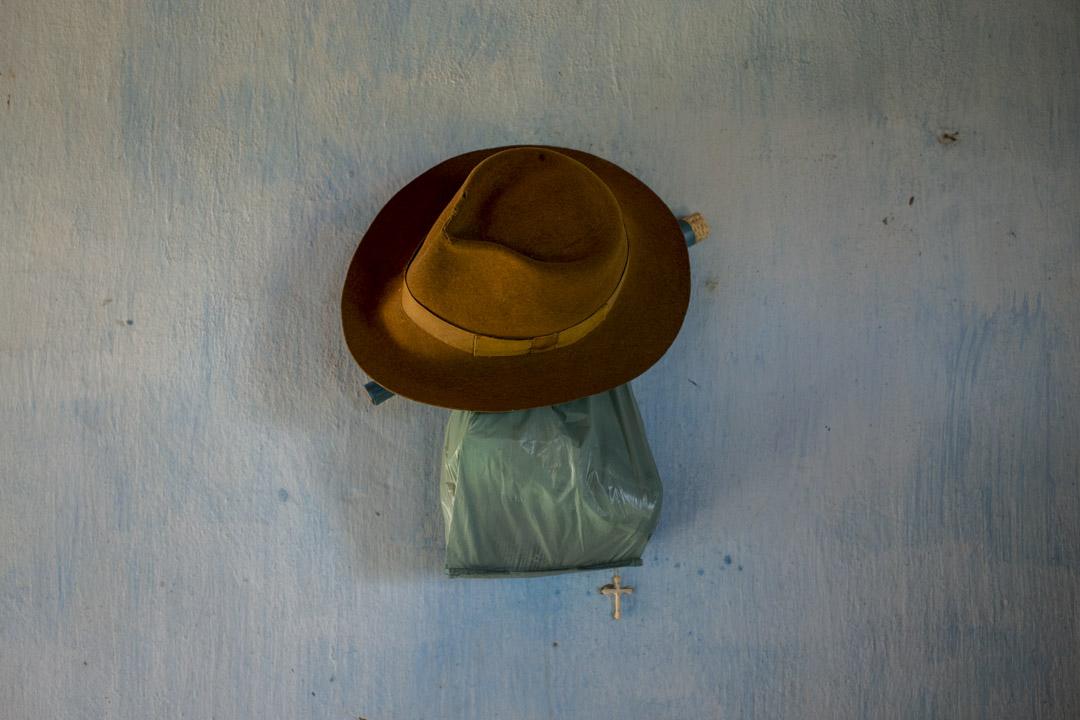 Eliete家中的一頂帽子與十字架。
