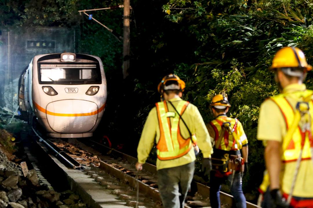 2021年4月3日,台灣花蓮,救援人員在火車脫軌事故的現場。 攝:Ceng Shou Yi/NurPhoto via Getty Images