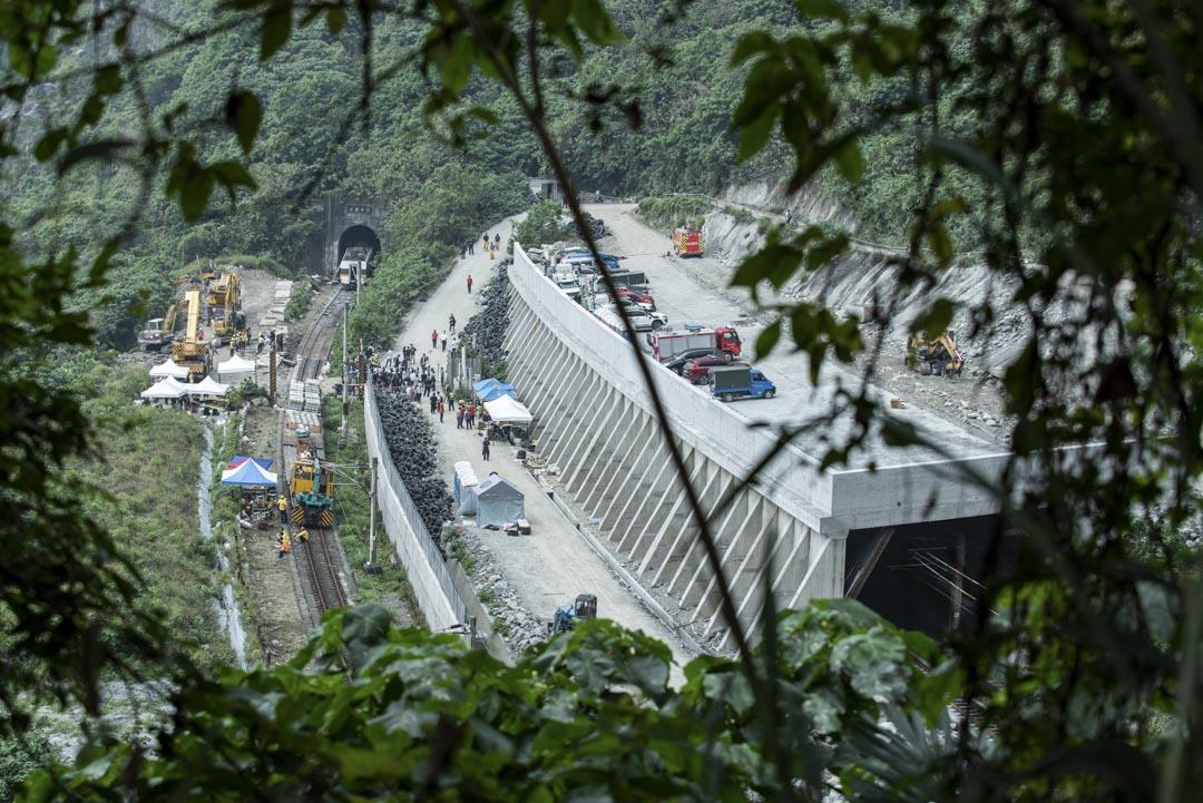 2021年4月3日,台灣花蓮,台鐵太魯閣號脫軌事故的現場。