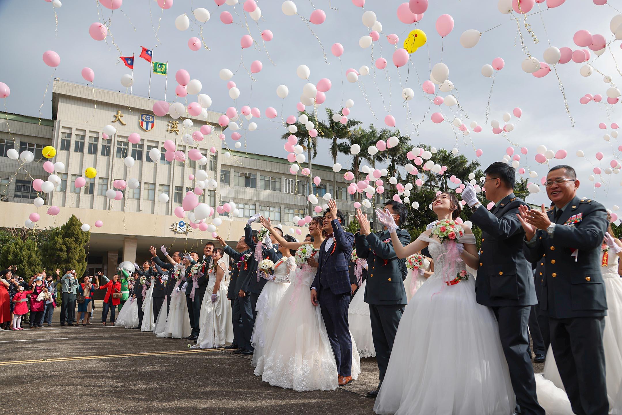 2020年10月30日台灣桃園,大規模的軍方聯合婚禮中,188對夫婦放氣球。