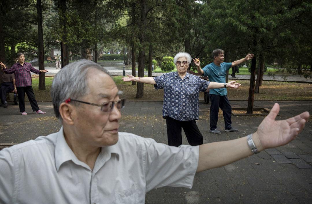 2016年6月10日,老人在北京的日壇公園鍛煉太極拳。