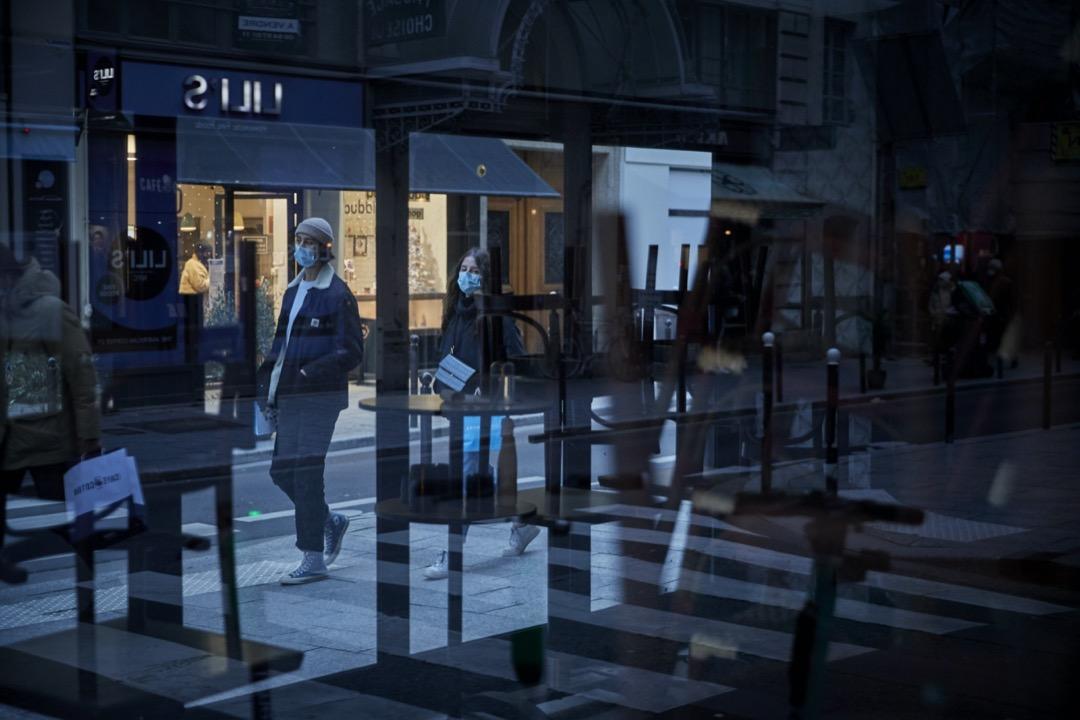 2021年1月15日,法國首都巴黎因疫情關係實施宵禁令,踏入黃昏,市面店鋪陸續關門。