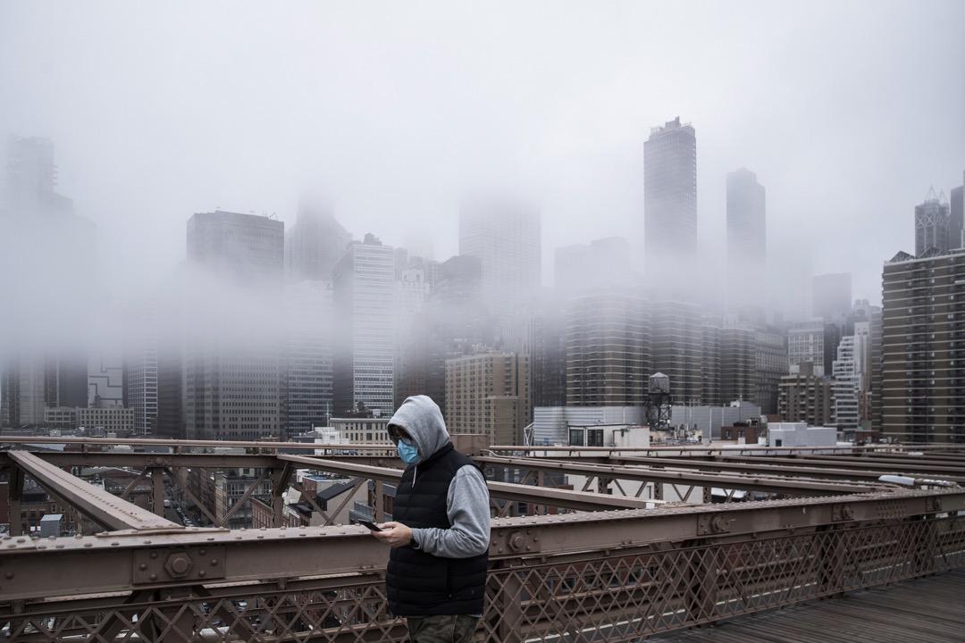 2020年3月20日,美國紐約市,一名男子在布魯克林橋上走過。