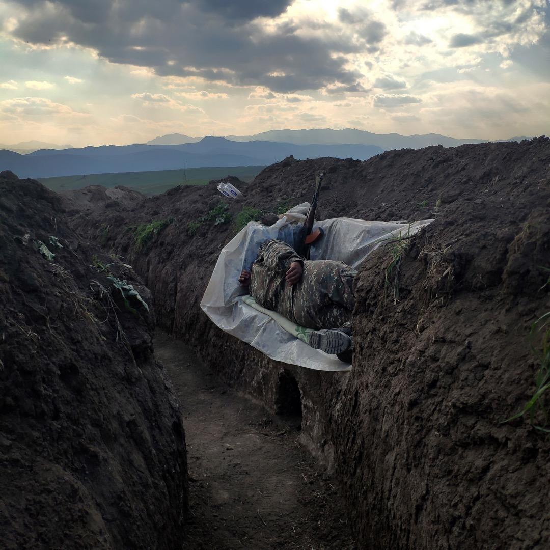 2020年10月31日,亞美尼亞休尼克省一條村莊,一名士兵在戰壕裏休息。