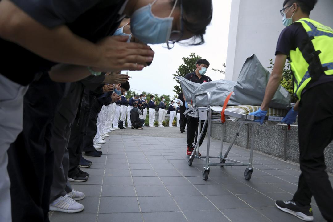 2021年4月2日,台灣台鐵太魯閣號脫軌意外後,慈濟基金會的成員在火車站向轉移中的車禍死者表示悼念敬意。
