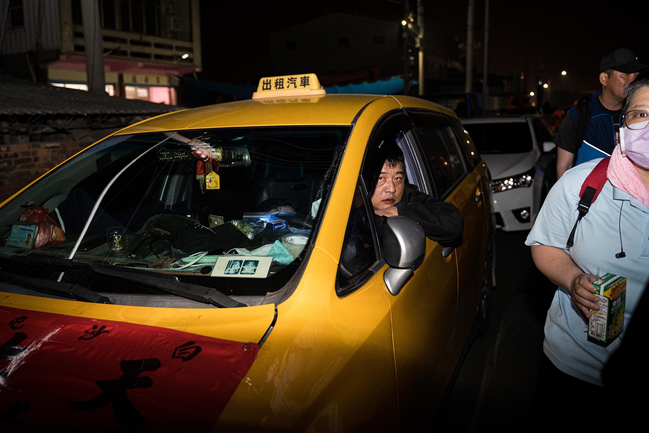 一名參與媽祖進香隊伍、支援後勤的計程車司機。
