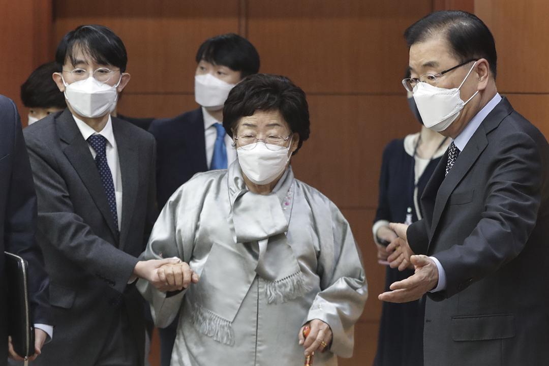 2021年3月3日,南韓慰安婦受害者李容洙與外交部長鄭義溶會面。 攝:Ahn Young-Joon / Getty Images