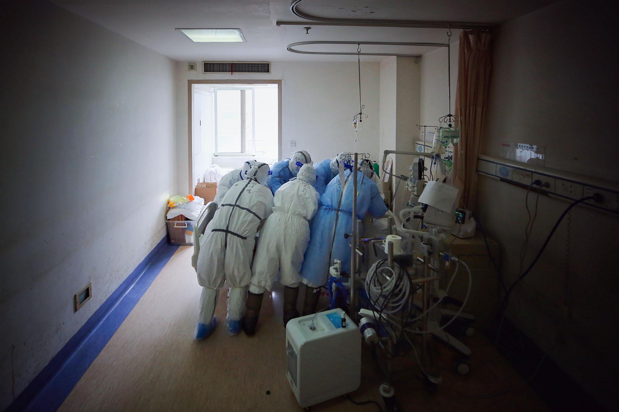 2020年3月11日中國武漢,醫護人員在武漢市的一家醫院治療2019冠狀病毒患者。