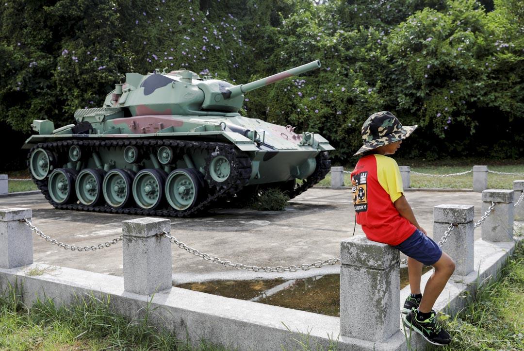 金門,坦克車旁有小孩正在休息。 攝:Tyrone Siu/Reuters/達志影像