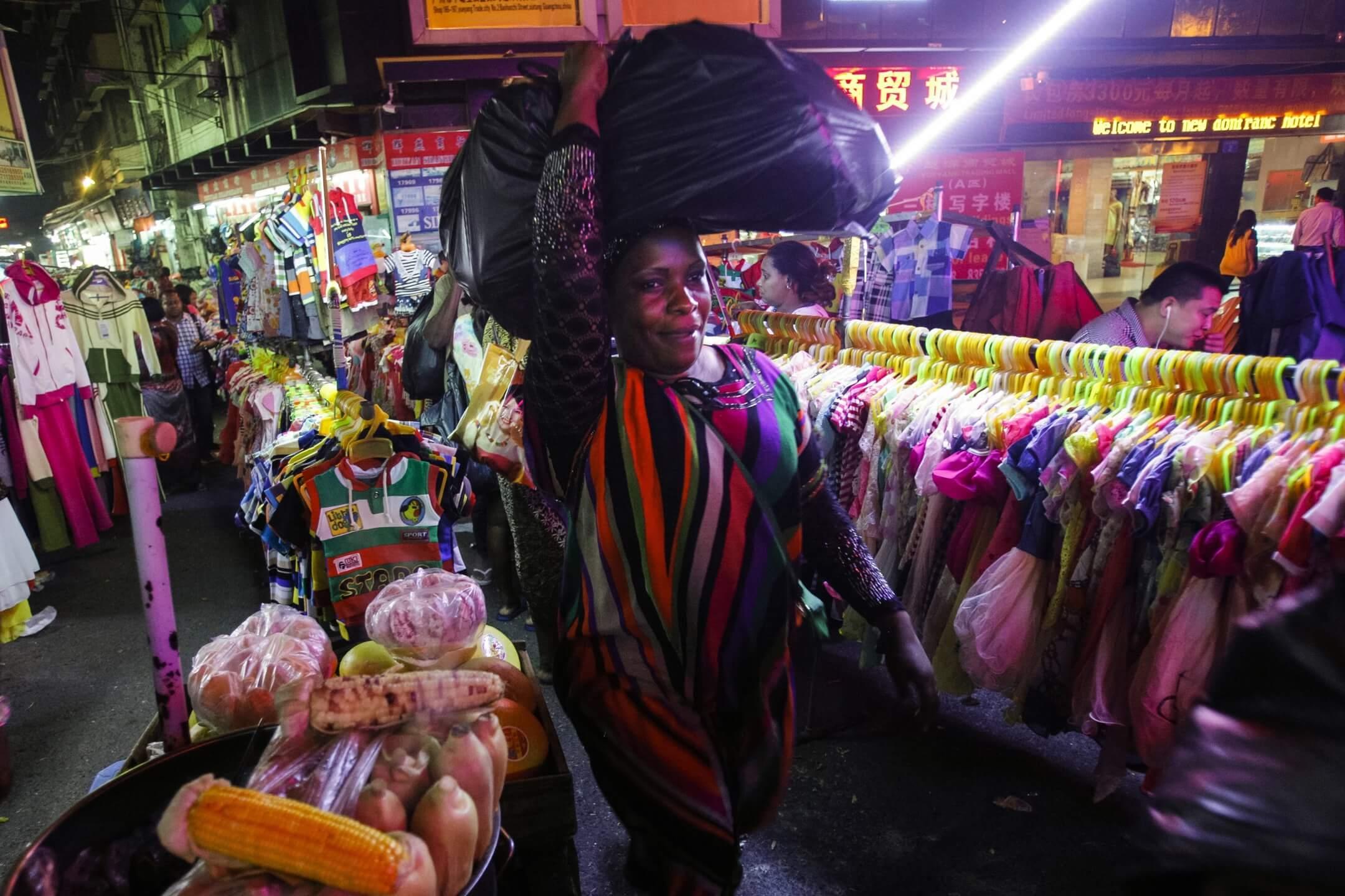2014年,廣州小北,一名非裔移民在市集購物。 攝:Aleksandar Plavevski/Anadolu Agency/Getty Images