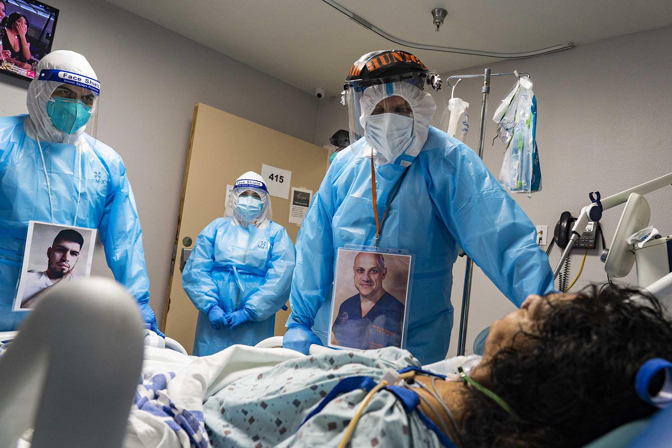 2020年11月8日美國德克薩斯州,醫務人員於醫院的2019冠狀病毒加護病房檢查患者。