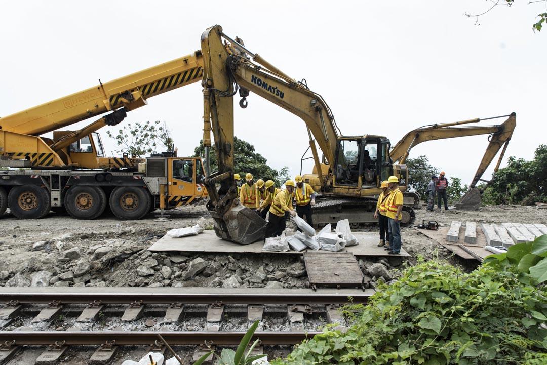 2021年4月2日晚上,台灣台鐵太魯閣號脫軌意外現場,工作人員在清理現場。
