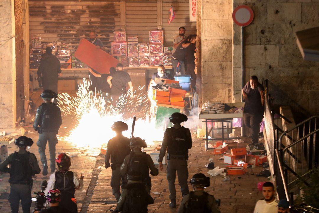 2021年5月9日,耶路撒冷老城大馬士革門發生衝突,以色列警察使用眩暈手榴彈。 攝:Ronen Zvulun/Reuters