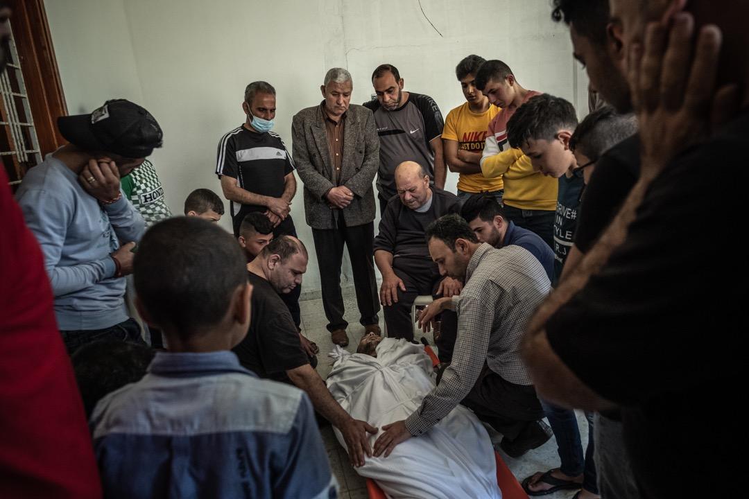2021年5月10日,巴勒斯坦人Abdul Salam Al-Ghazali在以色列部隊於加沙市中心的一場突襲中被殺,他的家人在家中悼念。