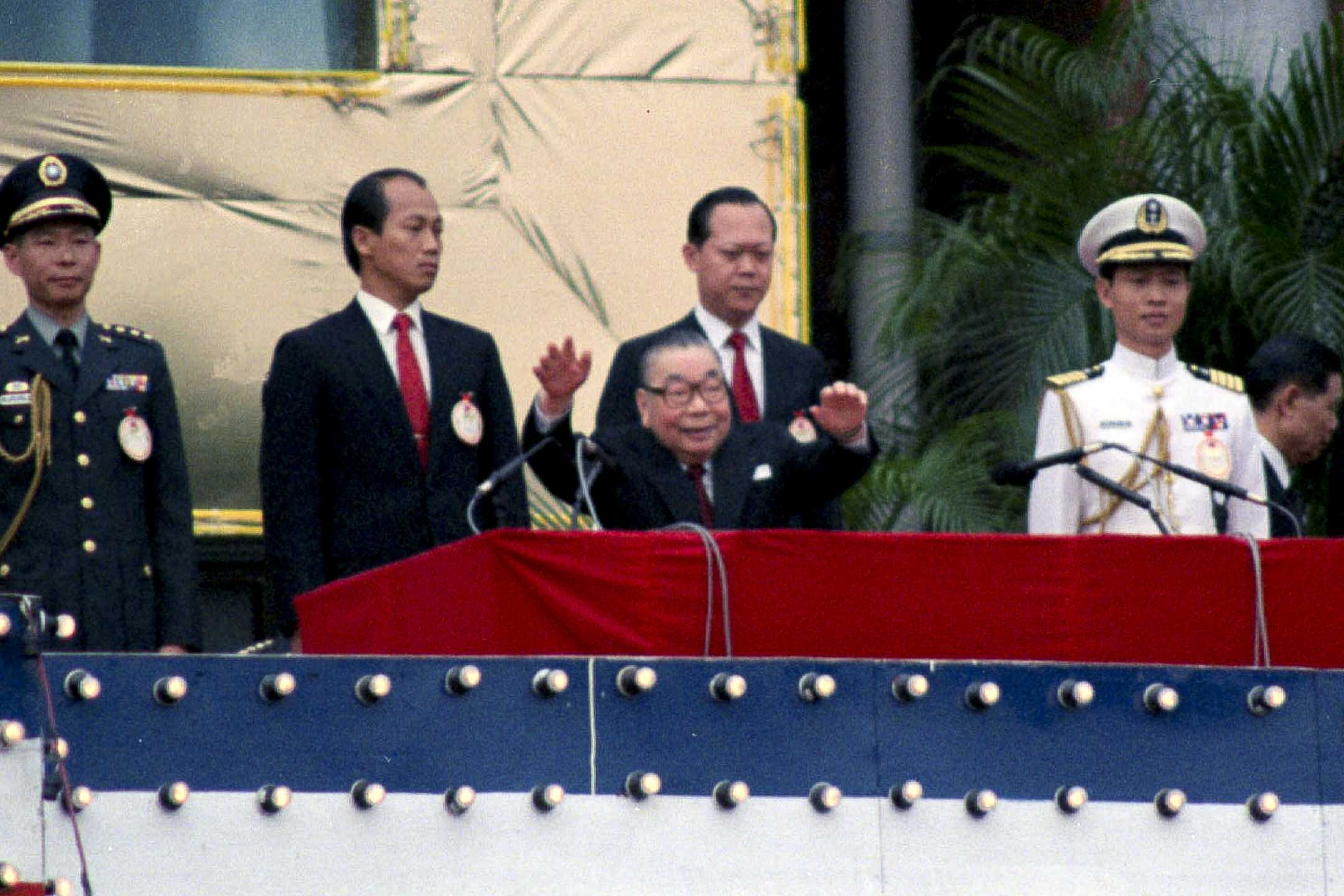 1987年10月10日,台灣總統蔣經國在公眾場合露面,以輪椅代步,主持雙十國慶大典。 攝:Yang/AP/達志影像