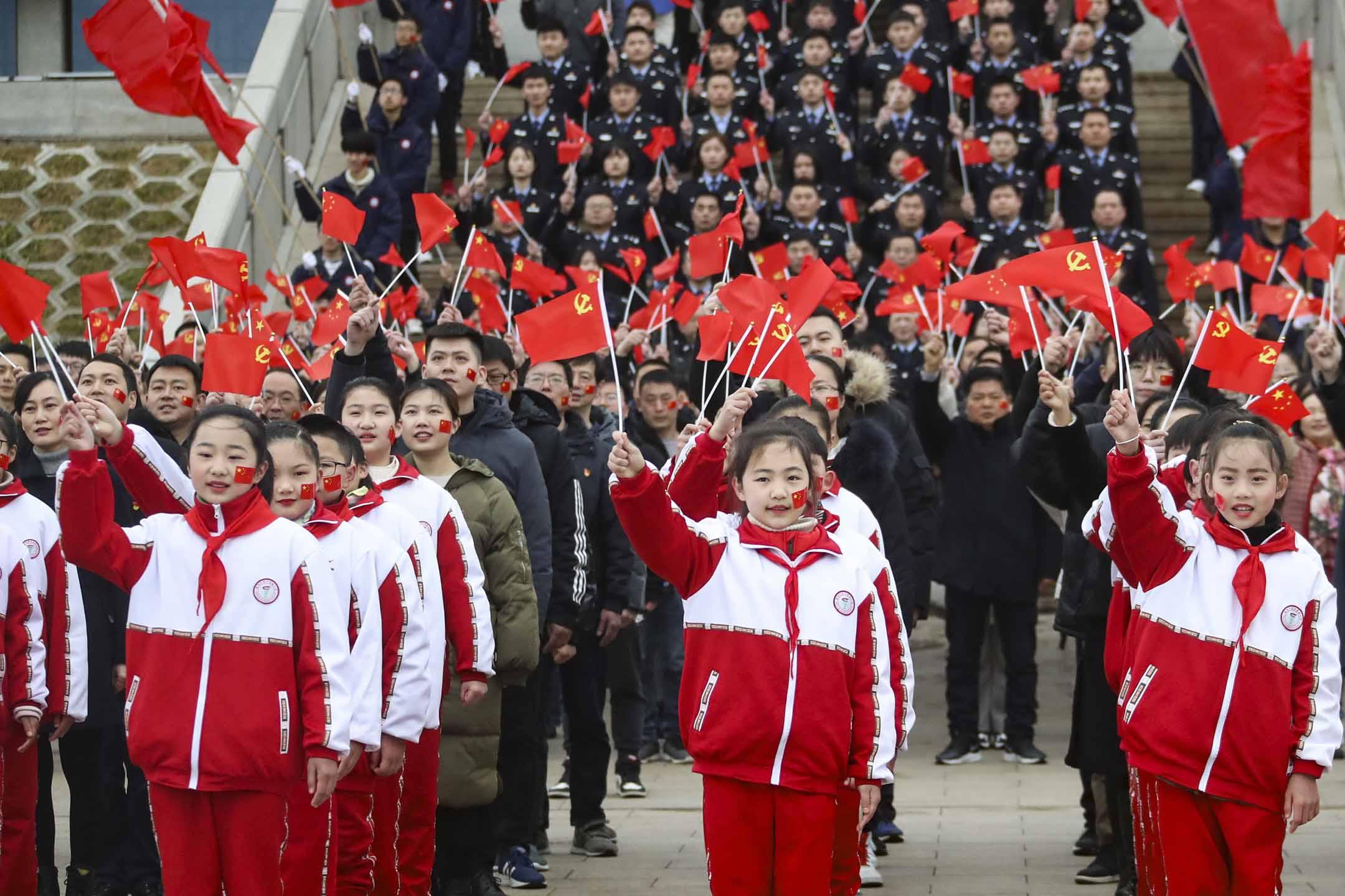 2021年2月28日中國淮安,市民和遊客唱著愛國歌曲,慶祝中國共產黨成立100週年。