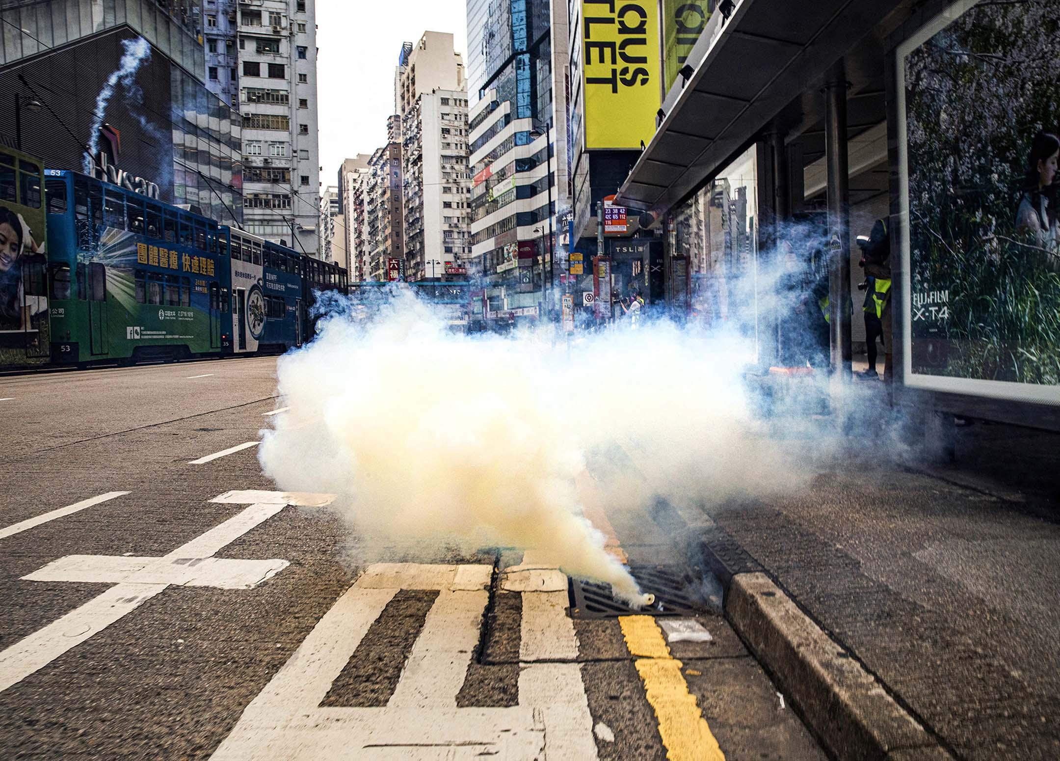 2020年5月24日銅鑼灣,中國全國人人大為香港制定《國安法》的決定草案引起爭議,加上香港立法會就《國歌法條例草案》進行二讀辯論,香港網民遂發起遊行,警方釋放催淚彈,驅散聚集。 攝:陳焯煇/端傳媒