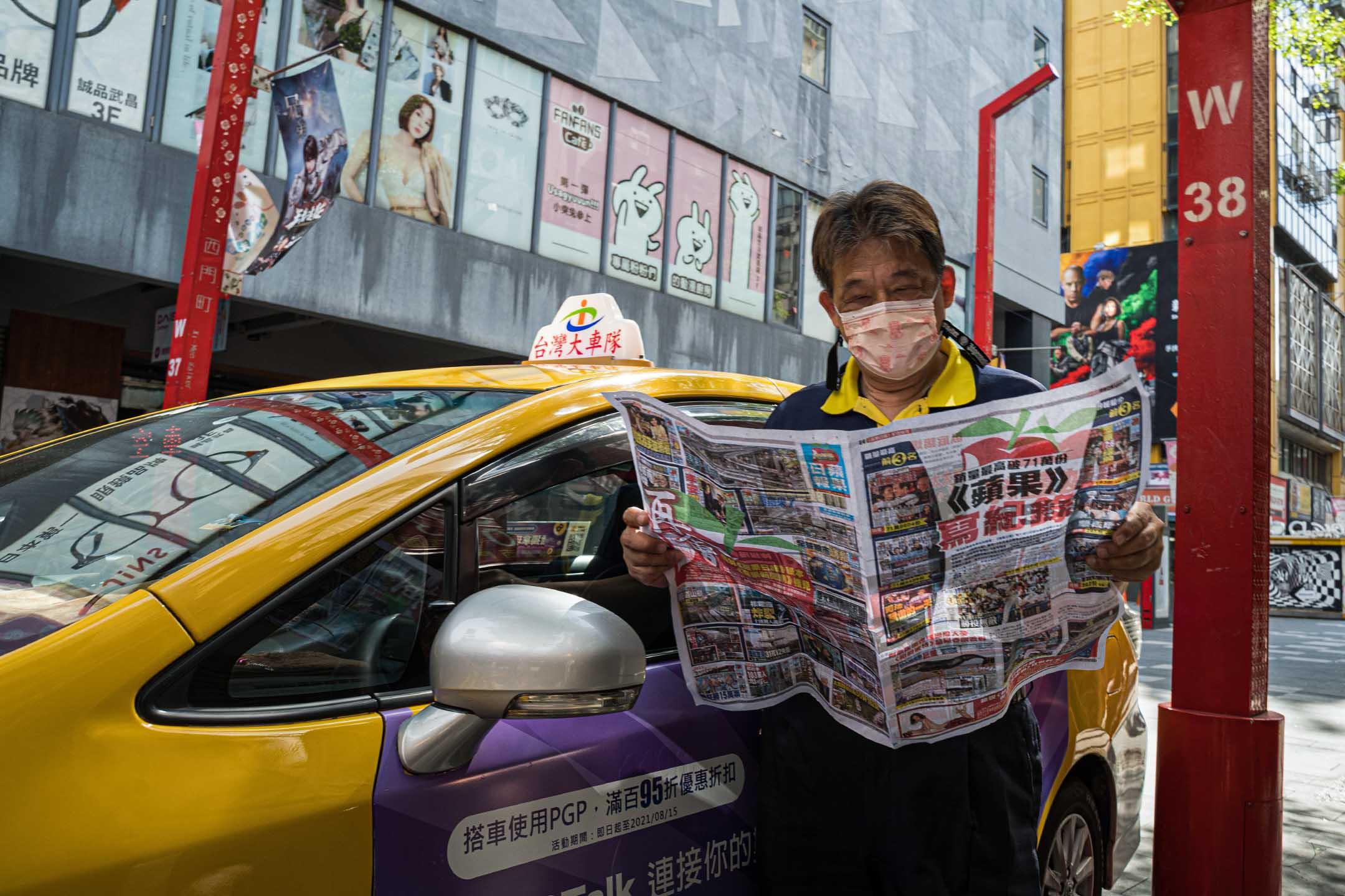 2021年5月17日台北,一名出租車司機在看蘋果日報。 攝:唐佐欣/端傳媒