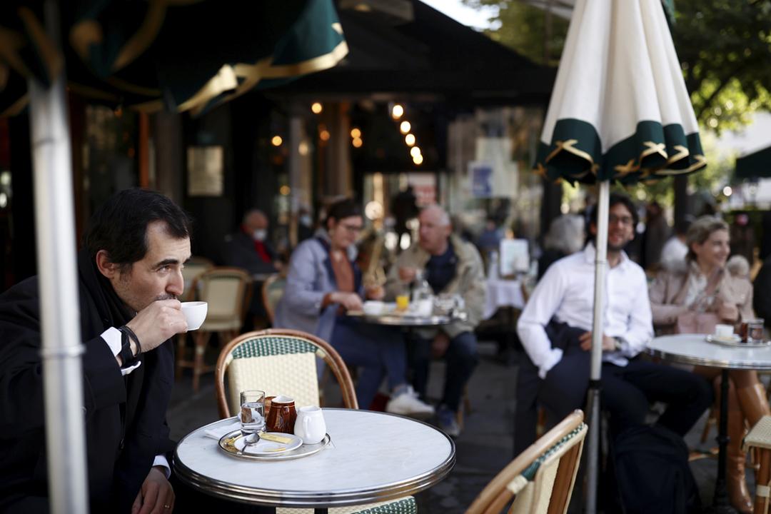 2021年5月19日在法國巴黎,餐廳及咖啡廳獲准重開露天雅座接待顧客。 攝:Christian Hartmann / Reuters