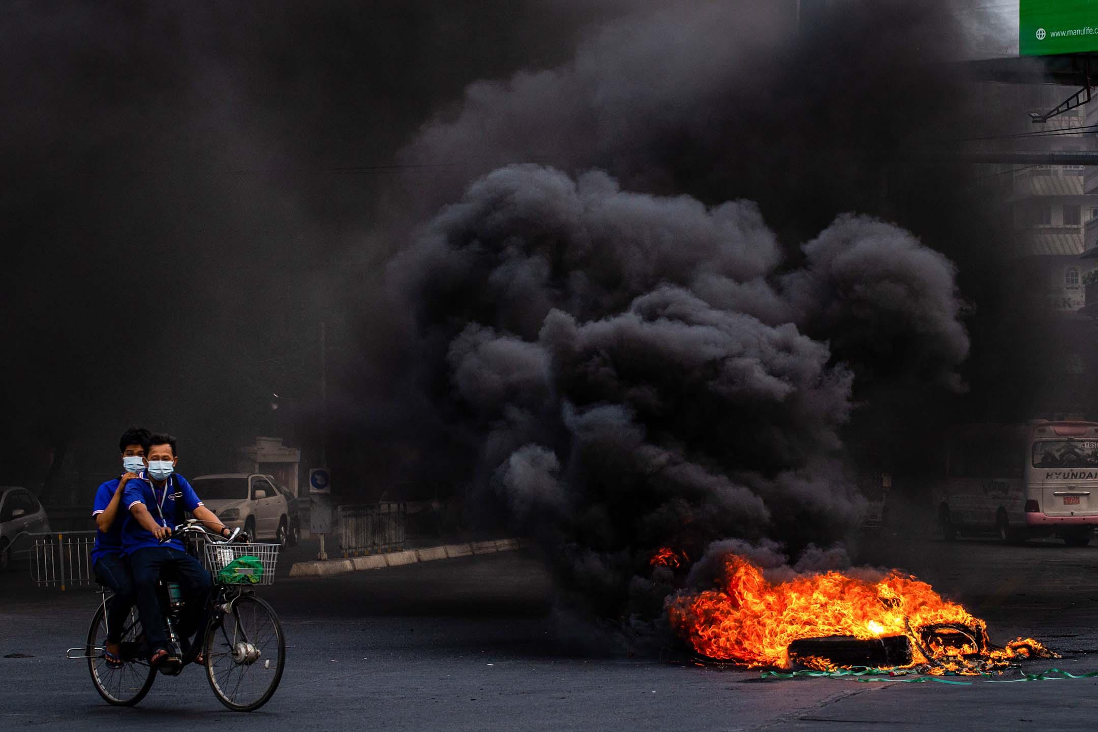 2021年4月3日仰光,示威者焚燒輪胎的煙。