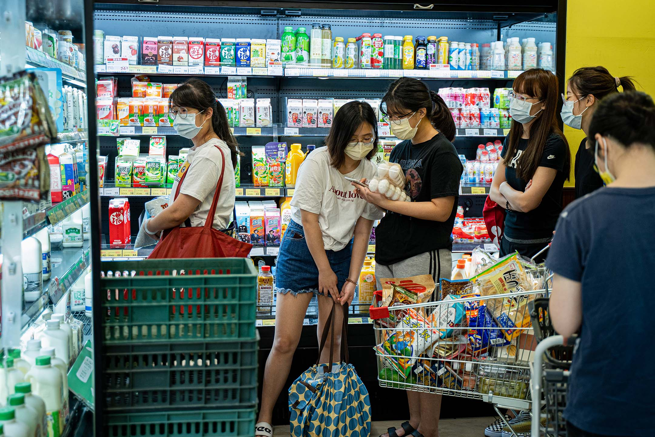 2021年5月15日台北,疫情期間市民在超市搶購食物。