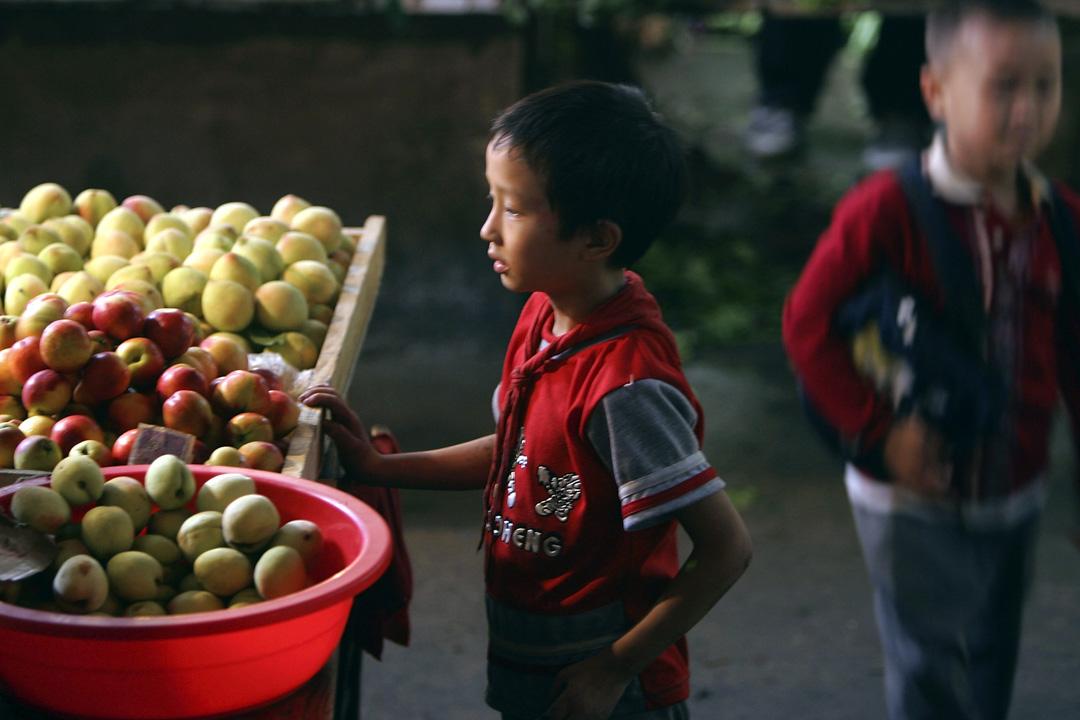 2005年6月8日,生果市場上的兩名小學生。
