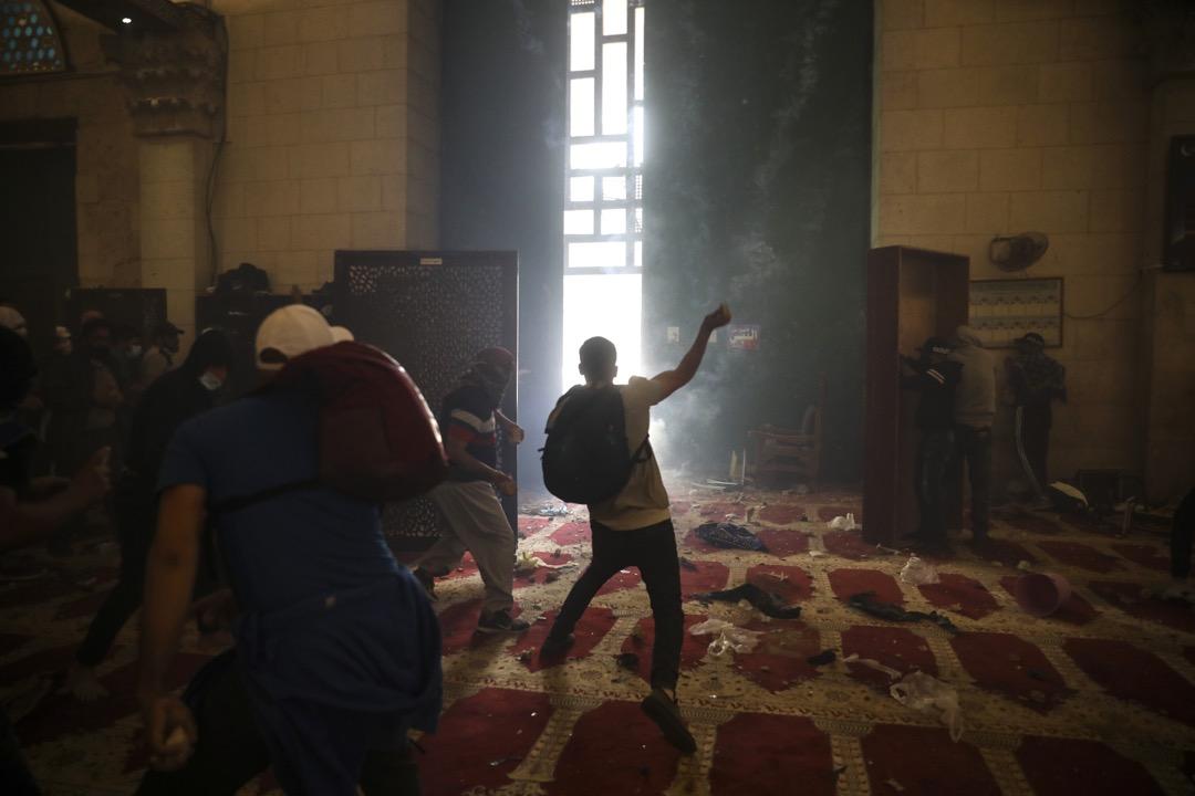 2021年5月10日,耶路撒冷阿克薩清真寺,寺內的巴勒斯坦信眾與以色列安全部隊發生衝突。